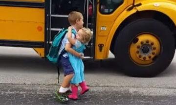 Δείτε πώς υποδέχονται αυτά τα μωρά τα μεγαλύτερα αδέλφια τους από το σχολείο (vid)