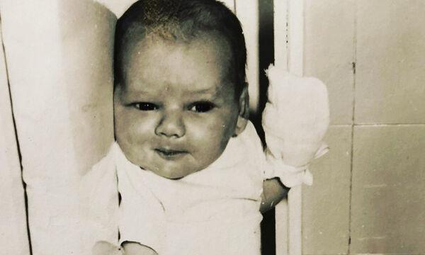 Δημοσίευσε την πρώτη φωτογραφία από τη γέννησή της - Αναγνωρίζετε την παρουσιάστρια; (pics)