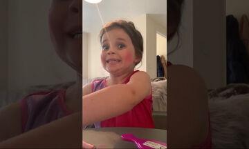 Μόλις ξύπνησε άρχισε να κάνει ένα makeup tutorial βίντεο - Δείτε για ποιο λόγο διέκοψε ό,τι έκανε