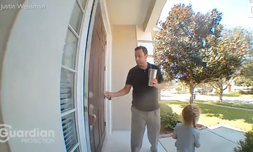 Δείτε τι λέει η μικρή στον μπαμπά της & τον αφήνει άφωνο - Το βίντεο από την κάμερα ασφαλείας (vid)