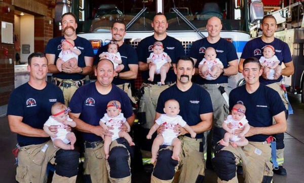 Εννέα συνάδελφοι πυροσβέστες έγιναν μπαμπάδες σχεδόν ταυτόχρονα! - Η φώτο που έγινε viral (pics)
