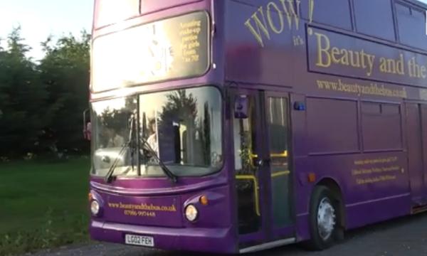 Μαμά ανακαίνισε διώροφο λεωφορείο και οργανώνει παιδικά πάρτι ομορφιάς για κορίτσια! (vid)