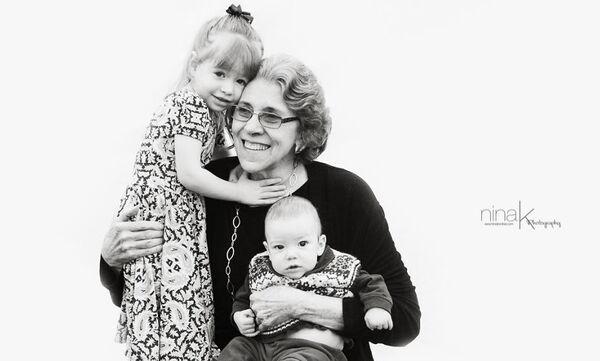Φωτογραφίζει τις γιαγιάδες και τους παππούδες με τα εγγόνια τους για έναν συγκινητικό λόγο (pics)