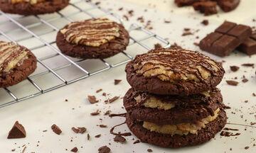 Συνταγή για σοκολατένια μπισκότα με καραμέλα