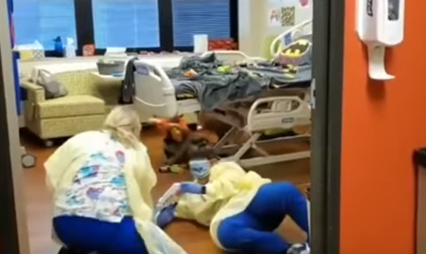 Viral βίντεο: Νοσοκόμες παίζουν με αγοράκι που έχει καρκίνο το αγαπημένο του παιχνίδι (vid)