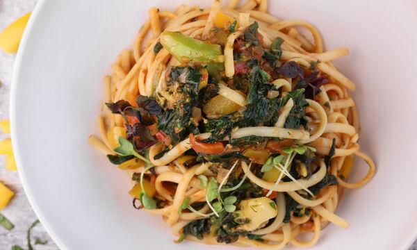 Συνταγή για υγιεινά λιγκουίνι με σπανάκι και λαχανικά