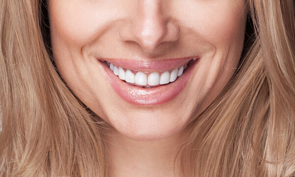 Tips για λευκά και αστραφτερά δόντια (vid)