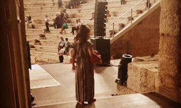 Όταν δεν έχει σχολείο, ακολουθεί τη μαμά της στο θέατρο (pics)