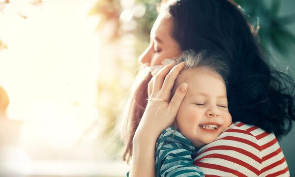 Όσο πιο πολύ αγκαλιάζουμε τα παιδιά τόσο αναπτύσσεται ο εγκέφαλός τους σύμφωνα με νέα έρευνα
