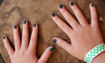 Γνωστή μαμά έβαψε τα νύχια της κόρης της  - Τα σχόλια των χρηστών θα σας εκπλήξουν (pics)