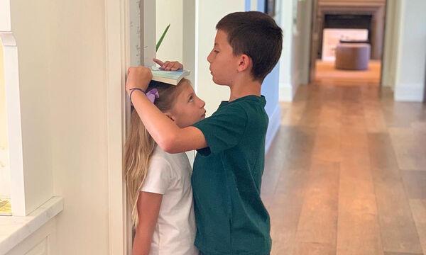 Αυτά είναι τα παιδιά πασίγνωστου μοντέλου & έχουν μεγαλώσει πολύ - Μαντεύετε ποια είναι η μαμά τους;