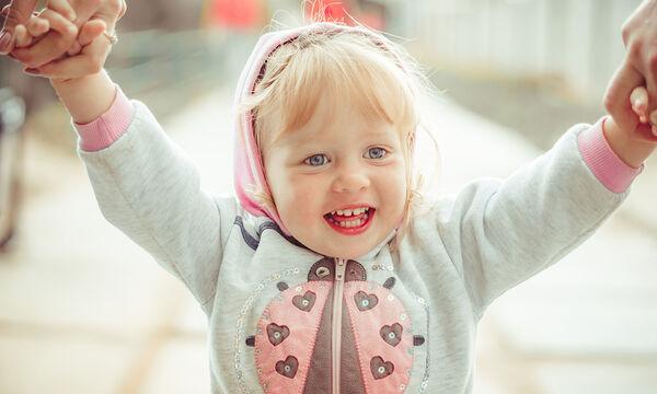 Τι μπορεί να κάνει ένα νήπιο 2 ετών στην αδρή κινητικότητα;