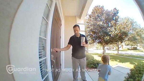 Μπαμπάς και κόρη σε ένα απολαυστικό στιγμιότυπο - Τι κατέγραψε η security camera; (vid)