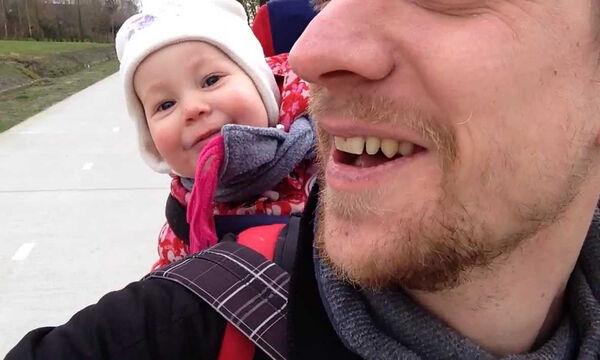 Δείτε τι κάνει το μωρό όταν ακούει τη λέξη «μπαμπάς» (vid)