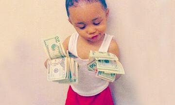 Τι μπορεί να κάνει ένα μωρό εάν του δώσεις μερικά χαρτονομίσματα; - Δείτε το απίστευτο βίντεο (vid)