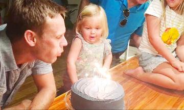 Μπαμπάδες βοηθούν τα παιδιά τους να σβήσουν το κεράκι της τούρτας - Δείτε όμως τι συμβαίνει (vid)