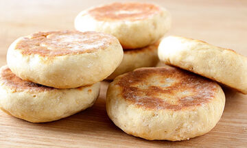 Λαχταριστά σπιτικά ψωμάκια με δύο μόνο υλικά (vid)