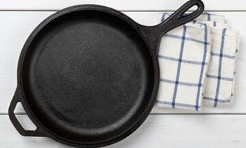 Αυτός είναι ο τρόπος να καθαρίσετε αποτελεσματικά τα καμμένα λίπη από το τηγάνι (vid)