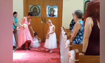 Αυτά τα παρανυφάκια έκλεψαν την παράσταση στο γάμο - Δείτε γιατί (vid)