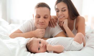 Γονείς αλλά και ζευγάρι: Πώς να προστατεύσουμε τη σχέση μας όταν γινόμαστε για πρώτη φορά γονείς