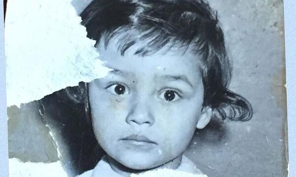 Πασίγνωστη Ελληνίδα ηθοποιός δημοσίευσε αυτήν την παιδική της φωτογραφία – Αναγνωρίζετε ποια είναι;
