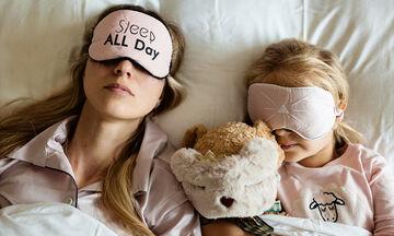 Γιατί πρέπει να ξαπλώνεις τα βράδια πλάι στο παιδί σου