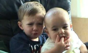 Δείτε πώς αντιδρά το αγοράκι όταν του δαγκώνει το δάχτυλο ο μικρός αδελφός του (vid)