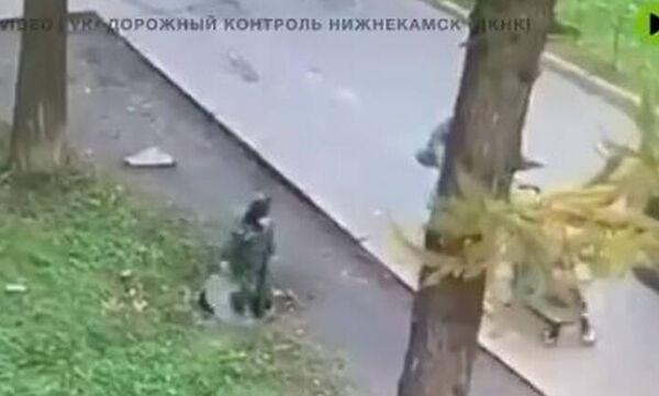 Απίστευτο βίντεο: Αγοράκι περπατάει στο δρόμο και πέφτει σε φρεάτιο