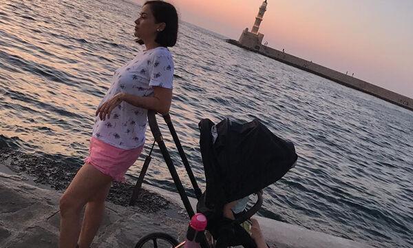 Κατερίνα Τσάβαλου: Η κόρη της ψάχνει για λιχουδιά - Δείτε που τη φωτογράφησε (pics)