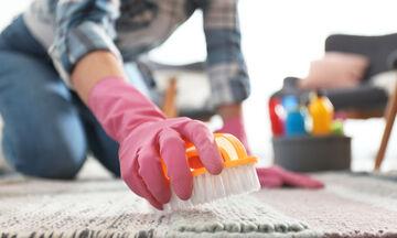 Φτιάξτε μόνοι σας σπιτικό καθαριστικό για τα χαλιά με τέσσερα υλικά (vid)