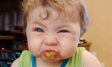 Όταν το μωρό δεν θέλει να φάει - Αντιδράσεις που θα σας κάνουν να ξεκαρδιστείτε (vid)