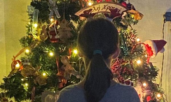 Κι όμως στόλισε! Η Ελληνίδα δημοσιογράφος δημοσίευσε φώτο με το Χριστουγεννιάτικο δέντρο της (pics)
