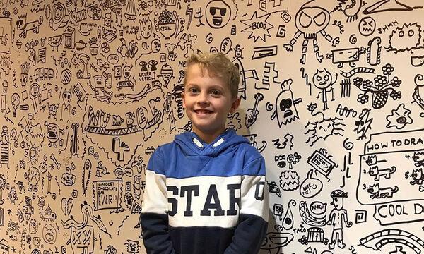 Απίστευτο! 9χρονο αγοράκι διακοσμεί με τα σχέδιά του τοίχους εστιατορίων (pics)