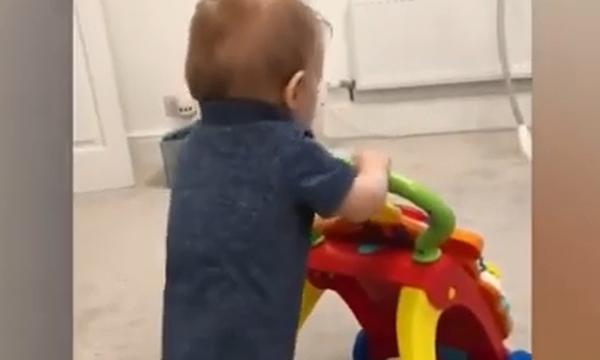 Προσπαθεί να κάνει τα πρώτα του βήματα αλλά δείτε τι συμβαίνει (vid)