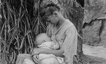 Φωτογραφίες από το παρελθόν που δείχνουν ότι ο θηλασμός είναι υπέροχος και φυσιολογικός (pics)