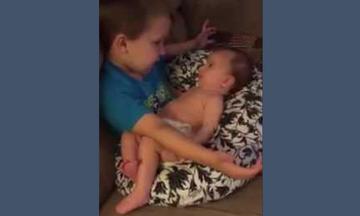Αγοράκι τραγουδάει στο μωρό αδερφάκι του και γίνεται viral (vid)