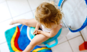 Ο έξυπνος τρόπος για να μάθετε το παιδί σας να σκουπίζεται μόνο του (vid)
