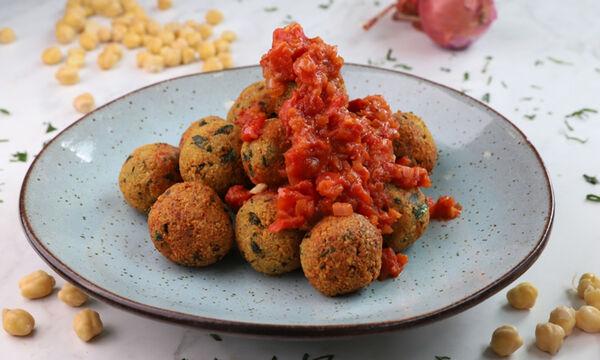 Συνταγή για ρεβιθοκεφτέδες με πικάντικη σάλτσα