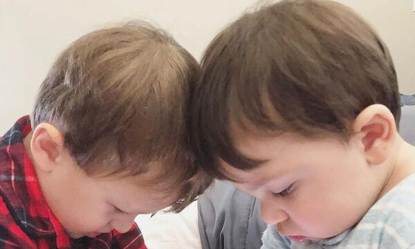 Αναγνωρίζετε τα αδέλφια της φωτογραφίας; Είναι γιοι γνωστής παρουσιάστριας (pics)