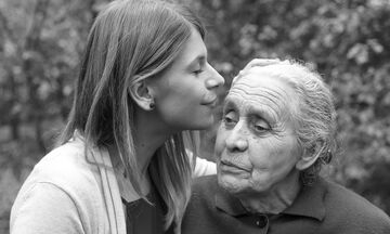 Πάρε τη μάνα σου αγκαλιά, όσο ακόμα προλαβαίνεις... Όσο ακόμα, είναι εδώ...