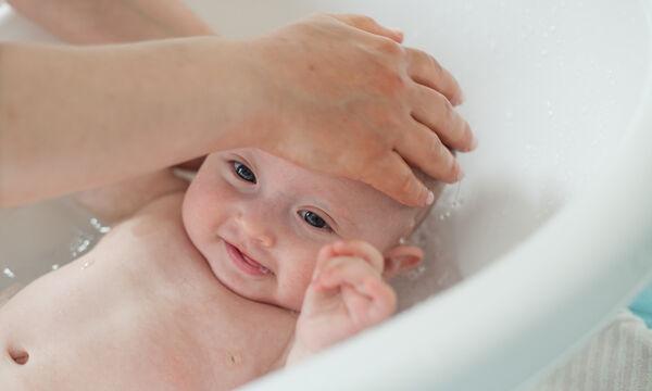 Πώς κάνουμε μπάνιο το νεογέννητο - Ένα βίντεο με απαντήσεις σε κάθε πιθανή σας ερώτηση (vid)