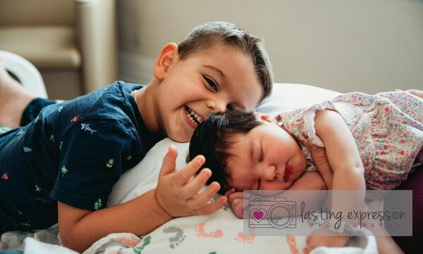 Γνωρίζει τη μικρή του αδερφή & το διαδίκτυο λιώνει (pics+vid)