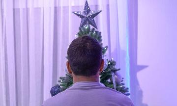 Τα πρώτα Χριστούγεννα με την κόρη του - Διάσημος Έλληνας μπαμπάς στόλισε το δέντρο του (pics)