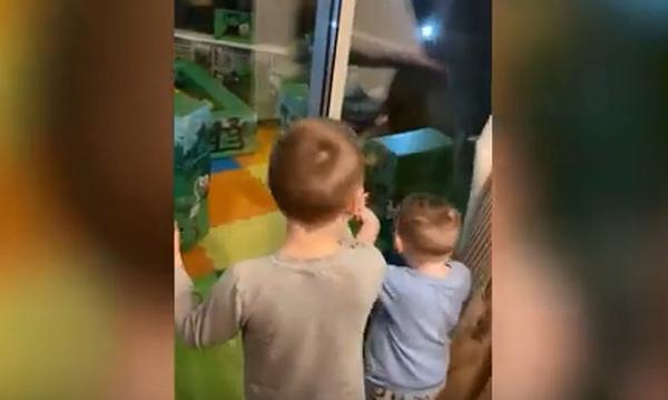 Το παιδί τους είχε γενέθλια και του ετοίμασαν μια μοναδική έκπληξη - Δείτε τι έκαναν οι γονείς (vid)