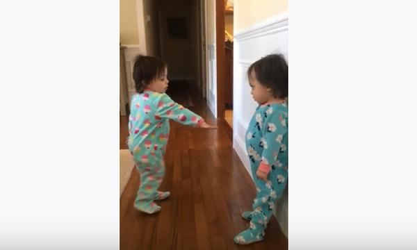 Απίστευτος διάλογος μεταξύ δίδυμων μωρών - Αξίζει να δείτε το βίντεο (vid)