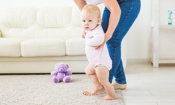 Πώς να βοηθήσετε το μωρό να σταθεί και να περπατήσει