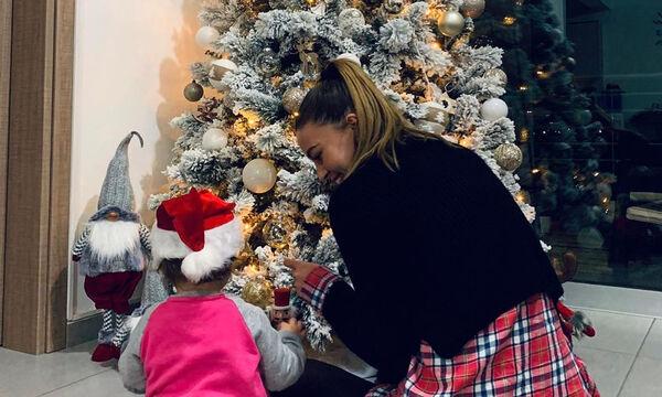 Πρώην παίκτρια του GNTM στόλισε το Χριστουγεννιάτικο δέντρο με την κόρη της (pics)