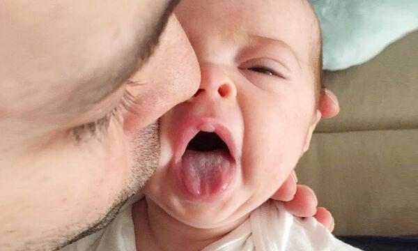 Δείτε τις πιο αστείες αντιδράσεις μωρών όταν τα φιλούν οι γονείς τους (vid)