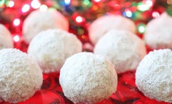 Χριστουγεννιάτικη συνταγή για πανεύκολα λευκά τρουφάκια με καρύδια (vid)