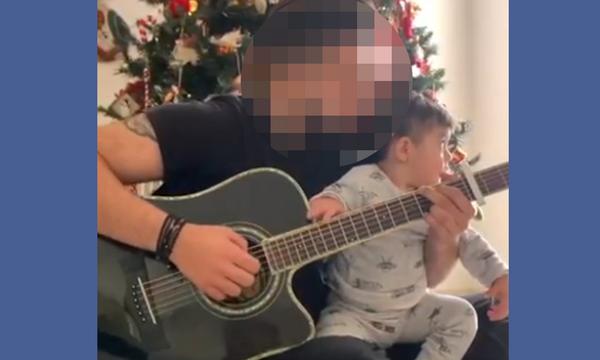 Παίκτης του X-Factor τραγουδάει με τον ενός έτους γιο του δίπλα στο χριστουγεννιάτικο δέντρο (vid)
